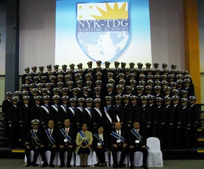 20110921nyk1 - 日本郵船/フィリピン商船大で第一期生116人が卒業